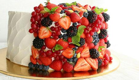 Сливочный торт с ягодами