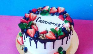 Торт сливочный с фруктами, политый шоколадом
